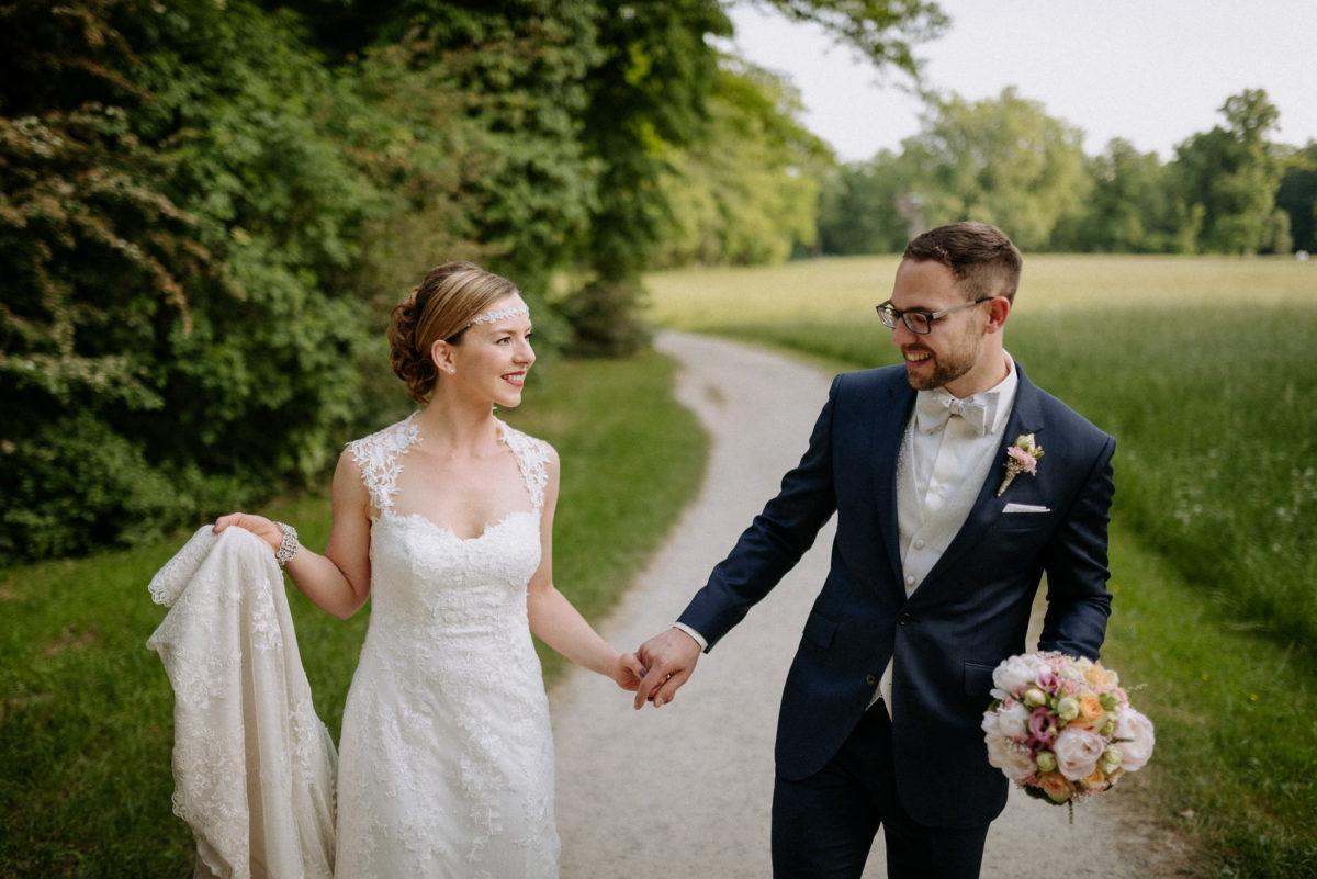 Brautkleid,Schleppe,anlächeln,miteinander,glücklich,frisch verheiratet