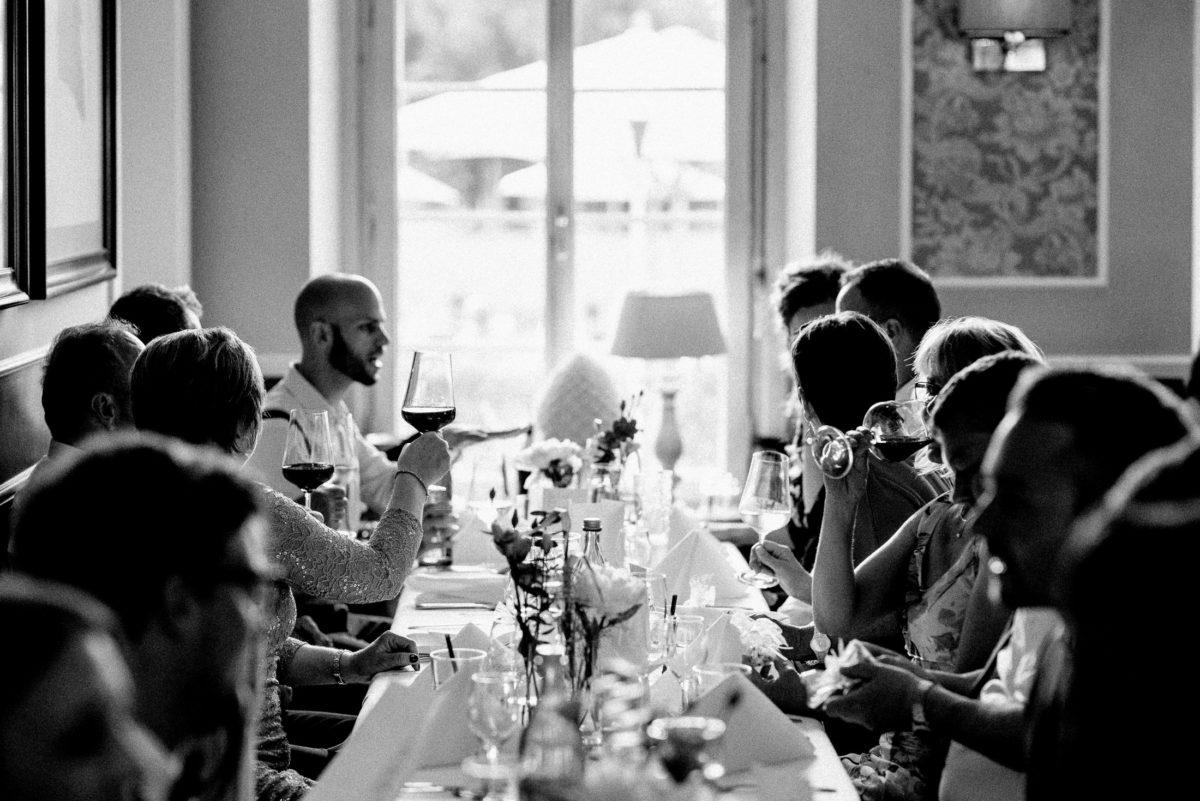 Tischgruppe,Esstisch,Hochzeitsgäste,Weingläser