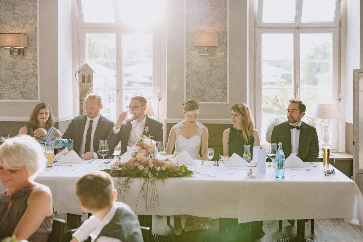 Brautpaartisch,Tischschmuck,Blumen,hohe Fenster,Altbau