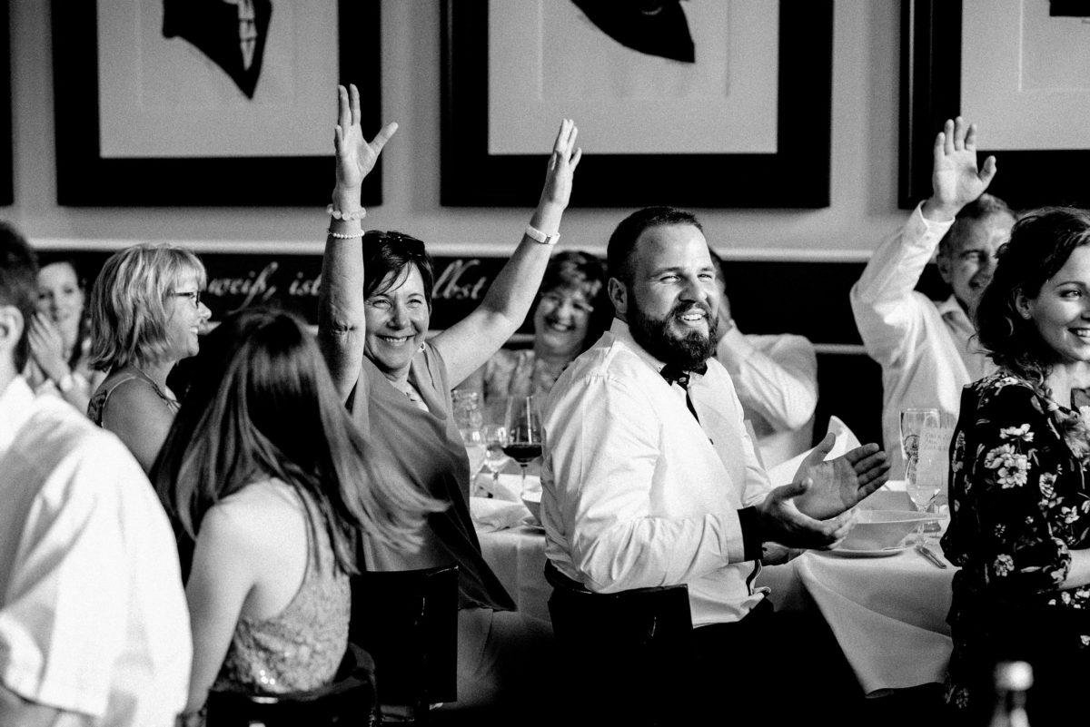 Hände hoch,freude,ausgelassene stimmung,Hochzeitsgäste