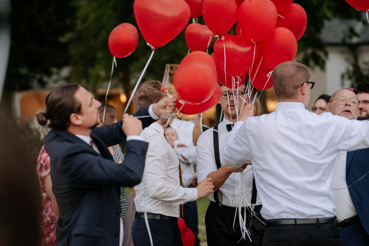 rote Herzluftballons,Männerhemden,steigen lassen,