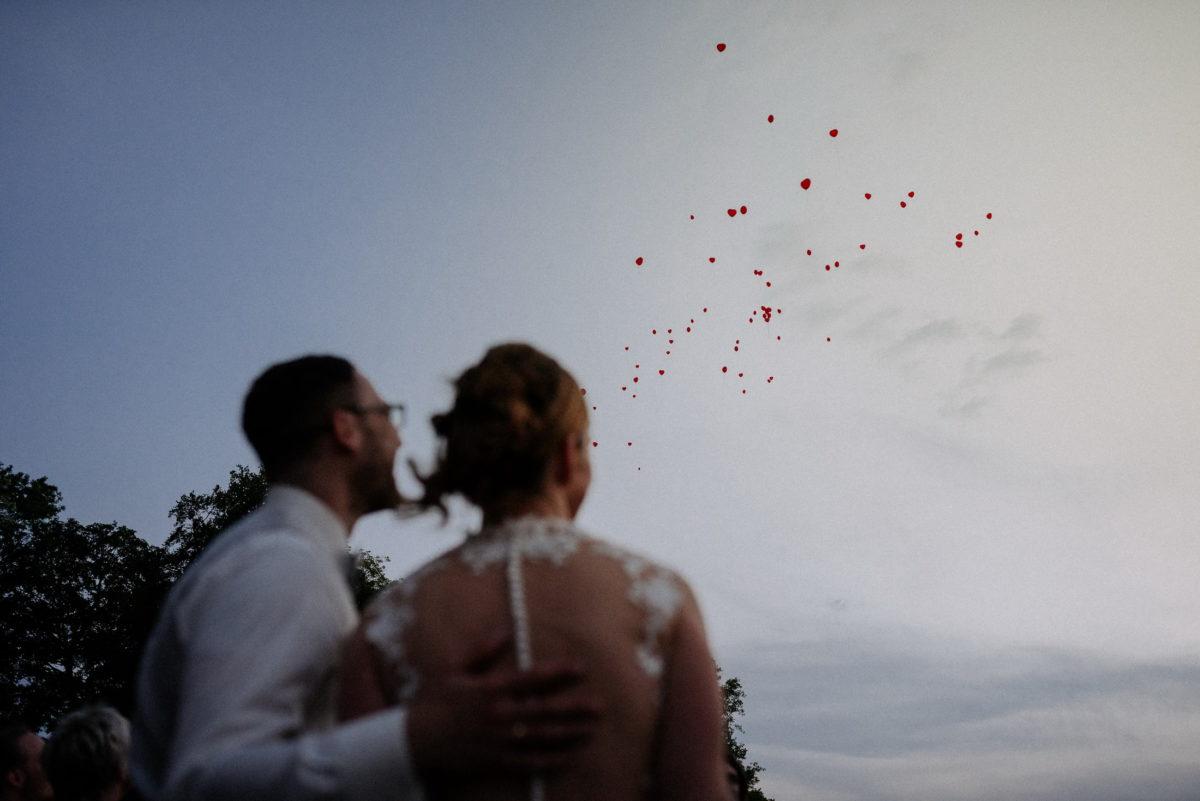 Luftballone steigen lassen,Hochzeit,Brautpaar,Dämmerung