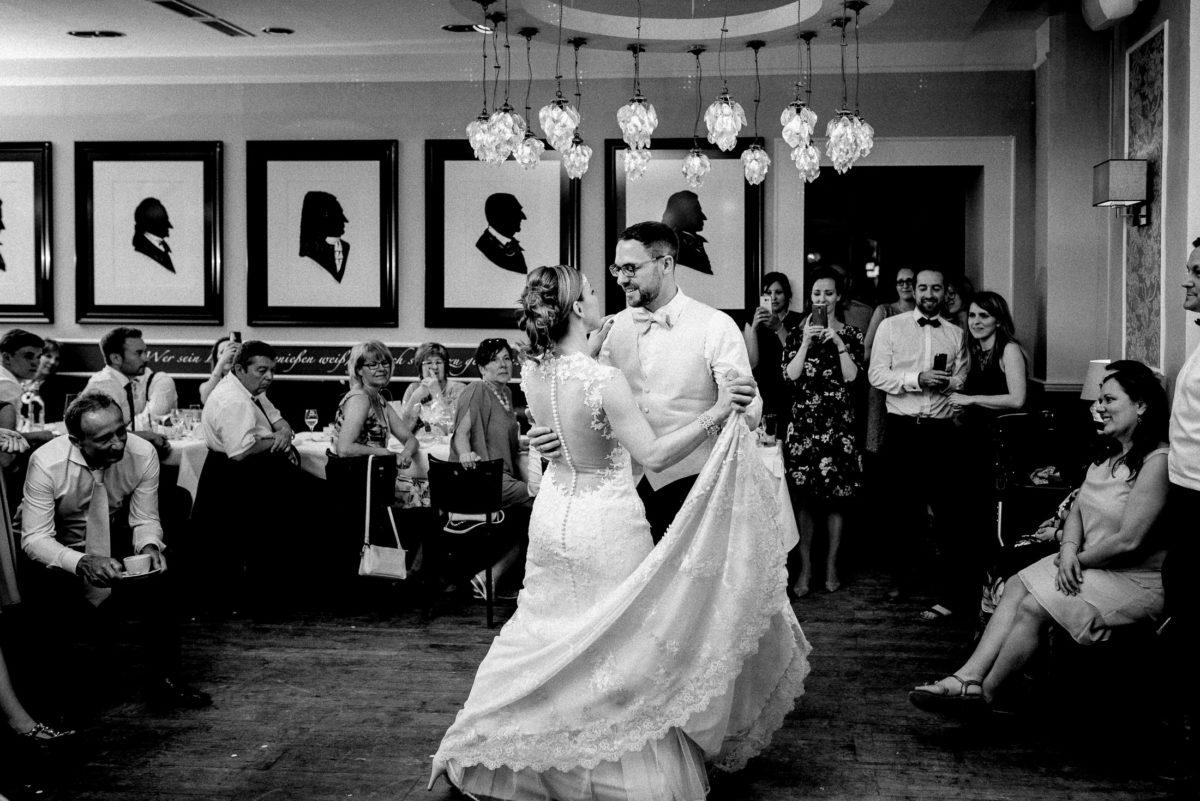 Eröffnungstanz Hochzeit,Schleppe,Kronleuchter,tanzen