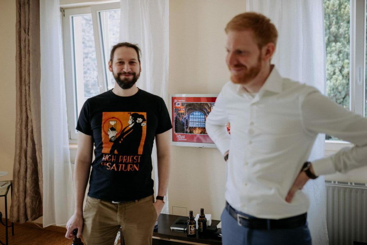 Männer,Bart,rote Haare,Gardinen,weißes Hemd