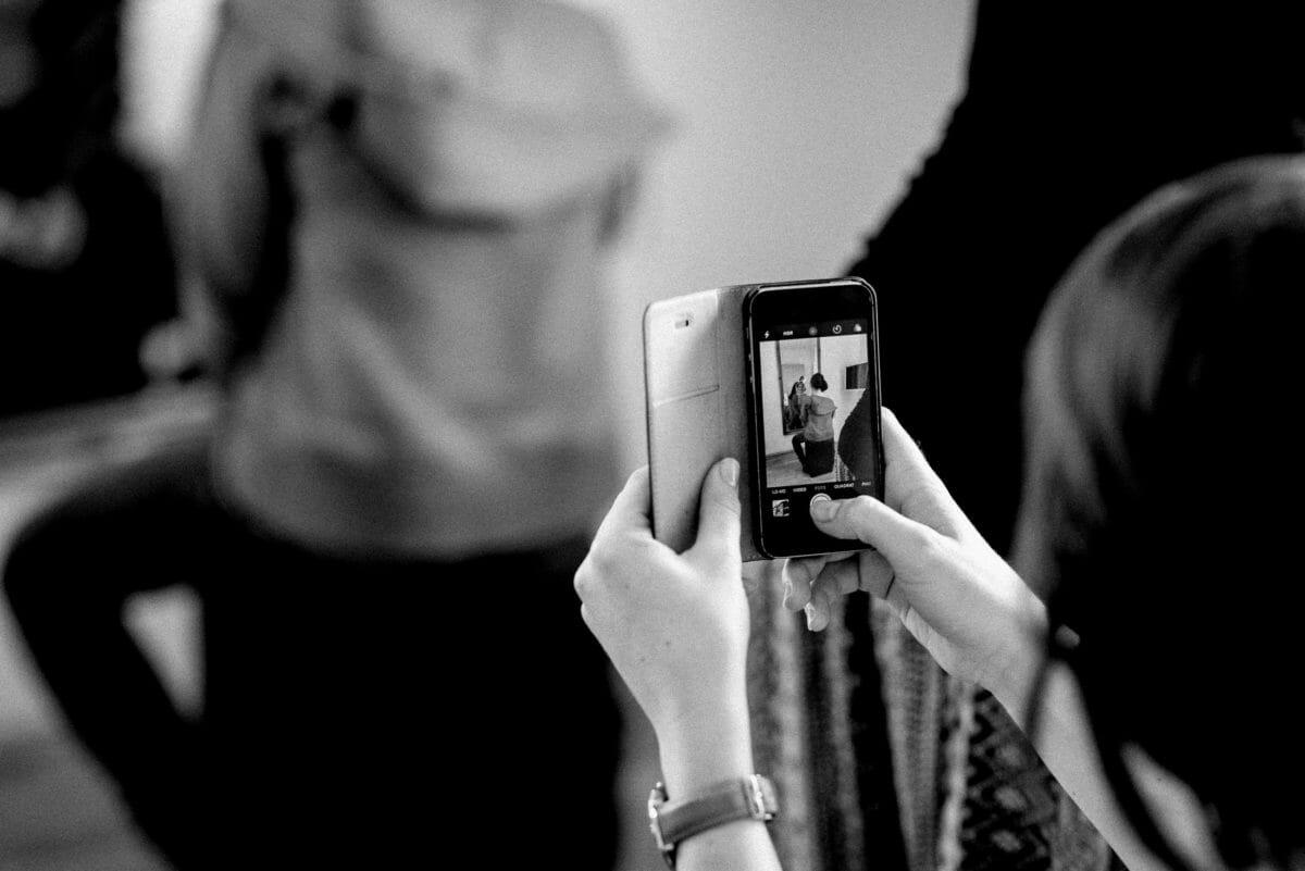 Handy,Foto,Foto vom Foto,Armbanduhr,Frau