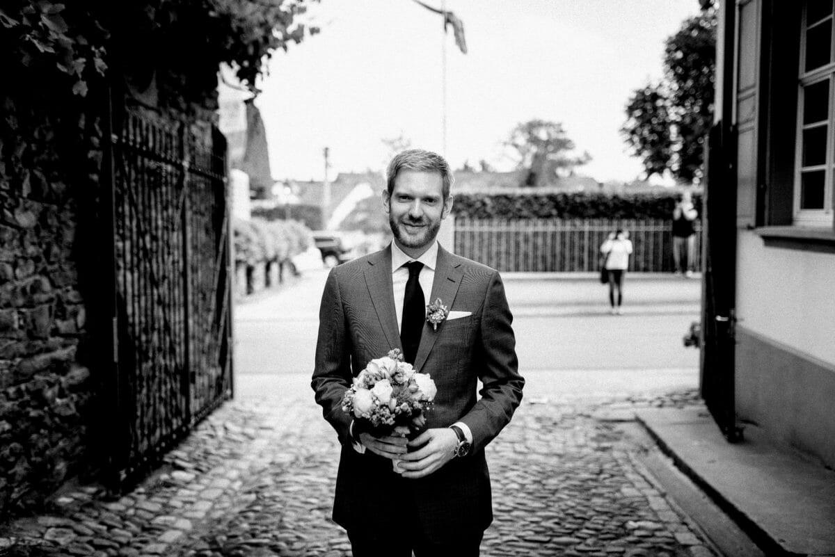 Bräutigam,Brautstrauß,Pfalstersteine,Hofeingang,warten auf die Braut