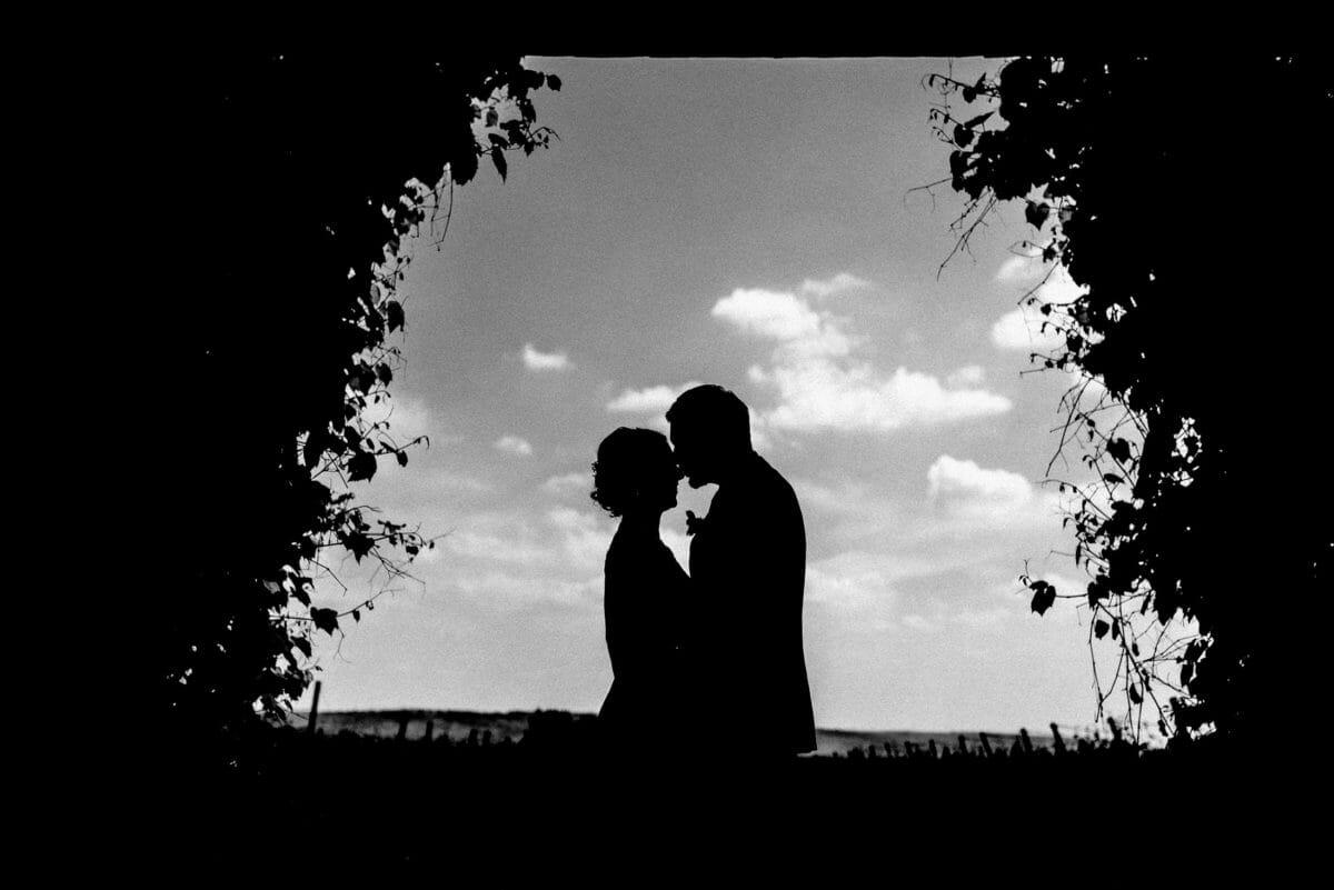 Silhoutten Bild,Brautpaar,Wolken,blauer Himmel,Blumen