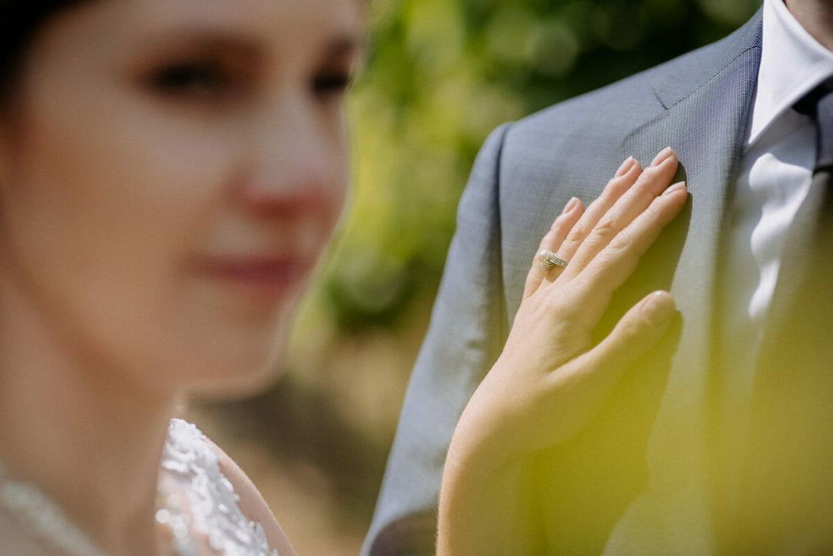 Ehering,Frauenhand,Hochzeitssakko,unscharf