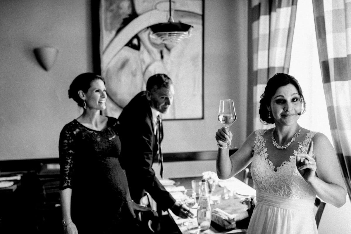 Braut,Brautkleid mit Spitze,Weinglas,Schwangere Frau