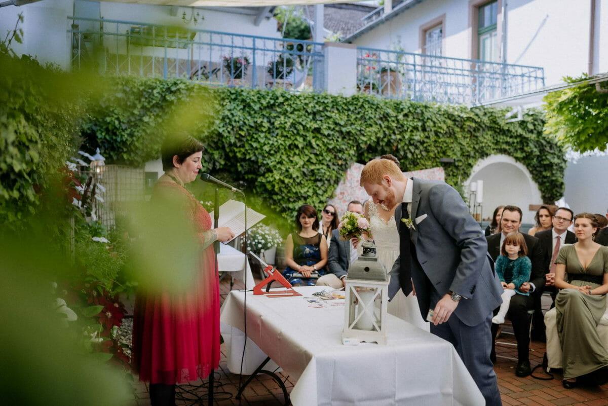 Windlicht,freie Trauung,Hochzeitsgäste,rotes Kleid,