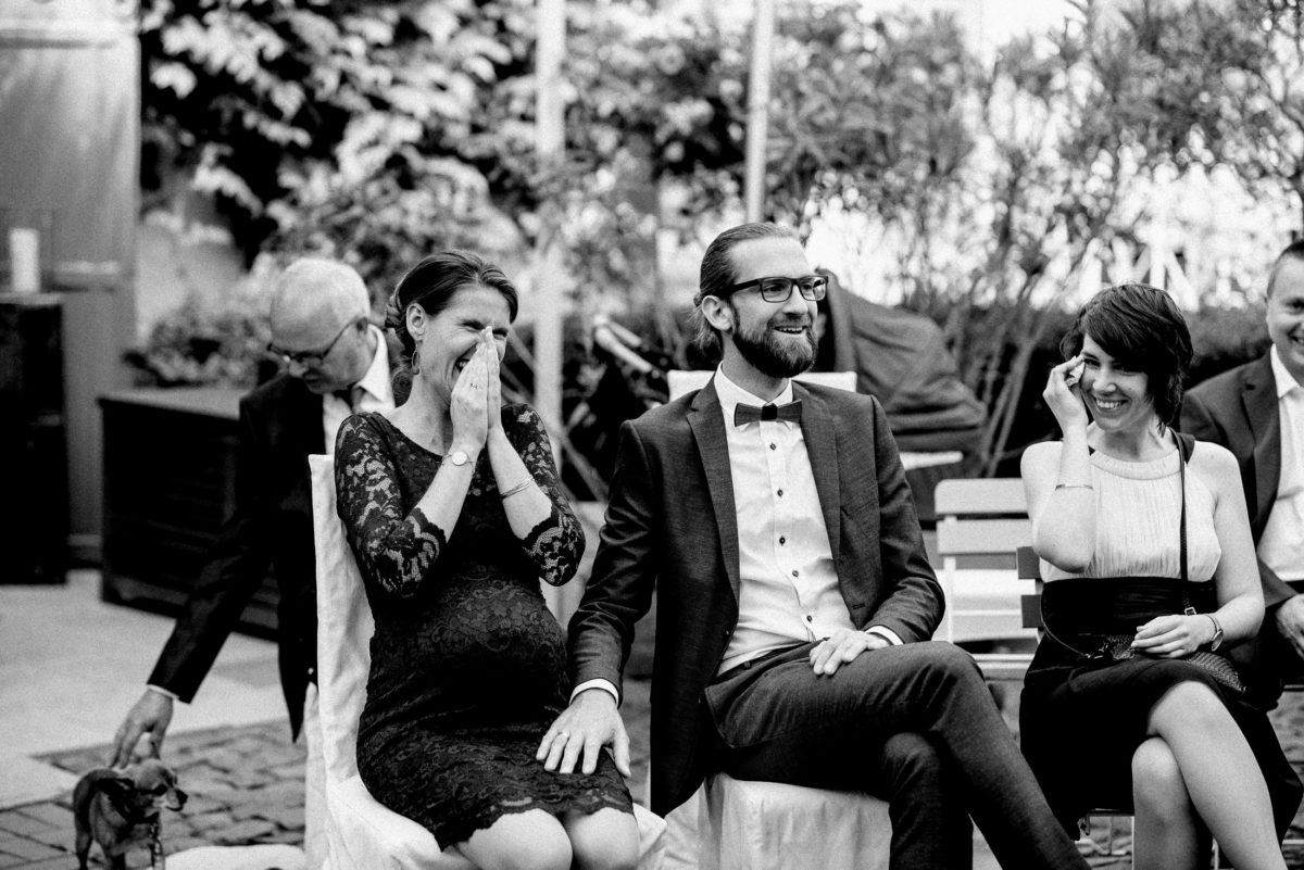 lachen,Frauen,Männer,Hochzeitsgäste,schwanger,elegantes Umstandskleid