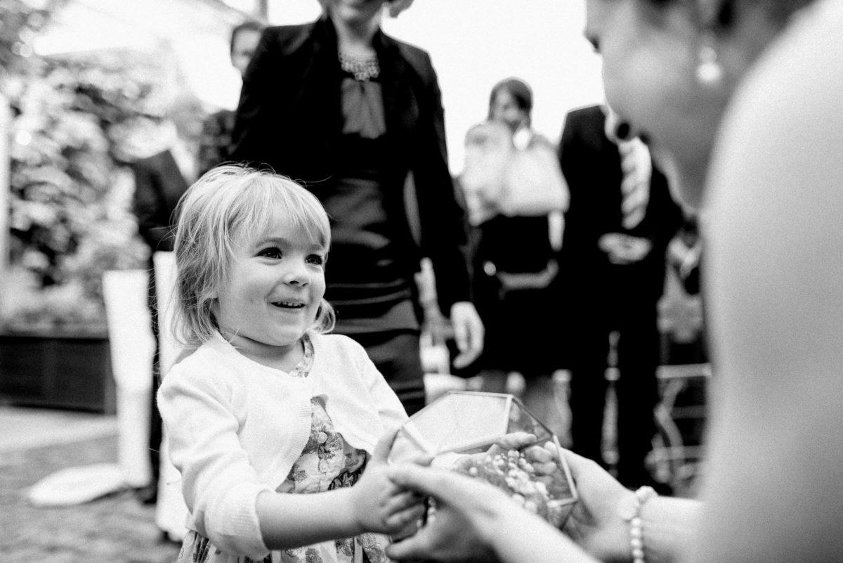 Ringträgerin,kleines Mädchen, blonde Haare,Ringkissen