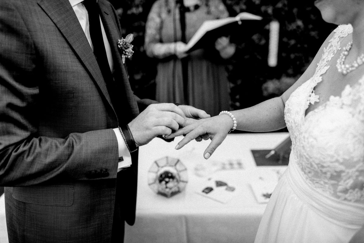 Perlenarmkette,Ehering anstecken,Hände,Ansteckblume