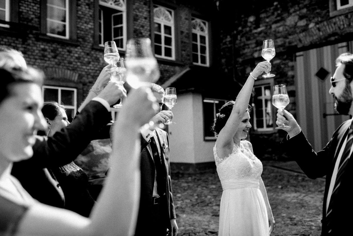 Sektempfang,hoch die Gläser,anstoßen,hohe Fenster,Hochzeit