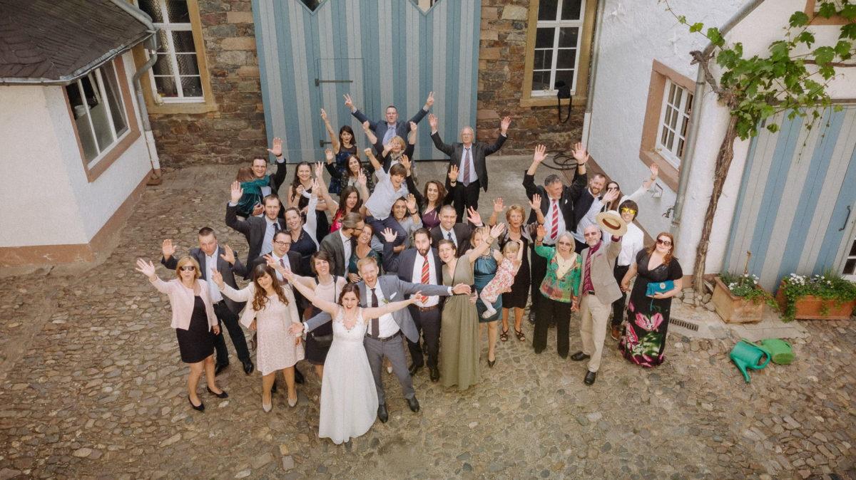 Gruppenfoto,Hochzeit,rustikaler Innenhof