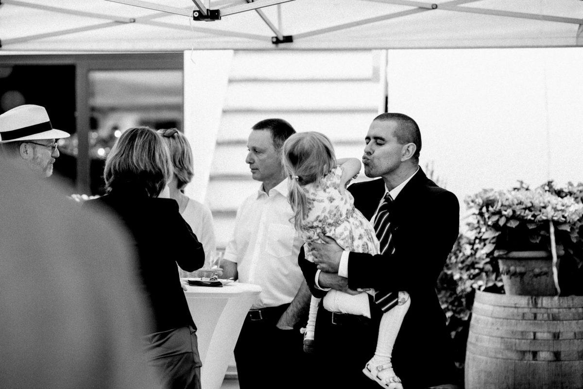 kleines Mädchen,auf dem Arm halten,Kuss geben,Weinfass,