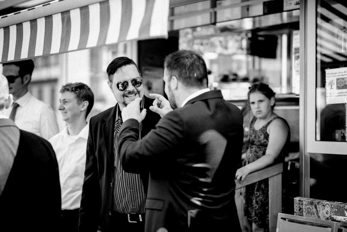 Eiscafe am Markt Großostheim,Hochzeitsgäste,Sonnenbrillen
