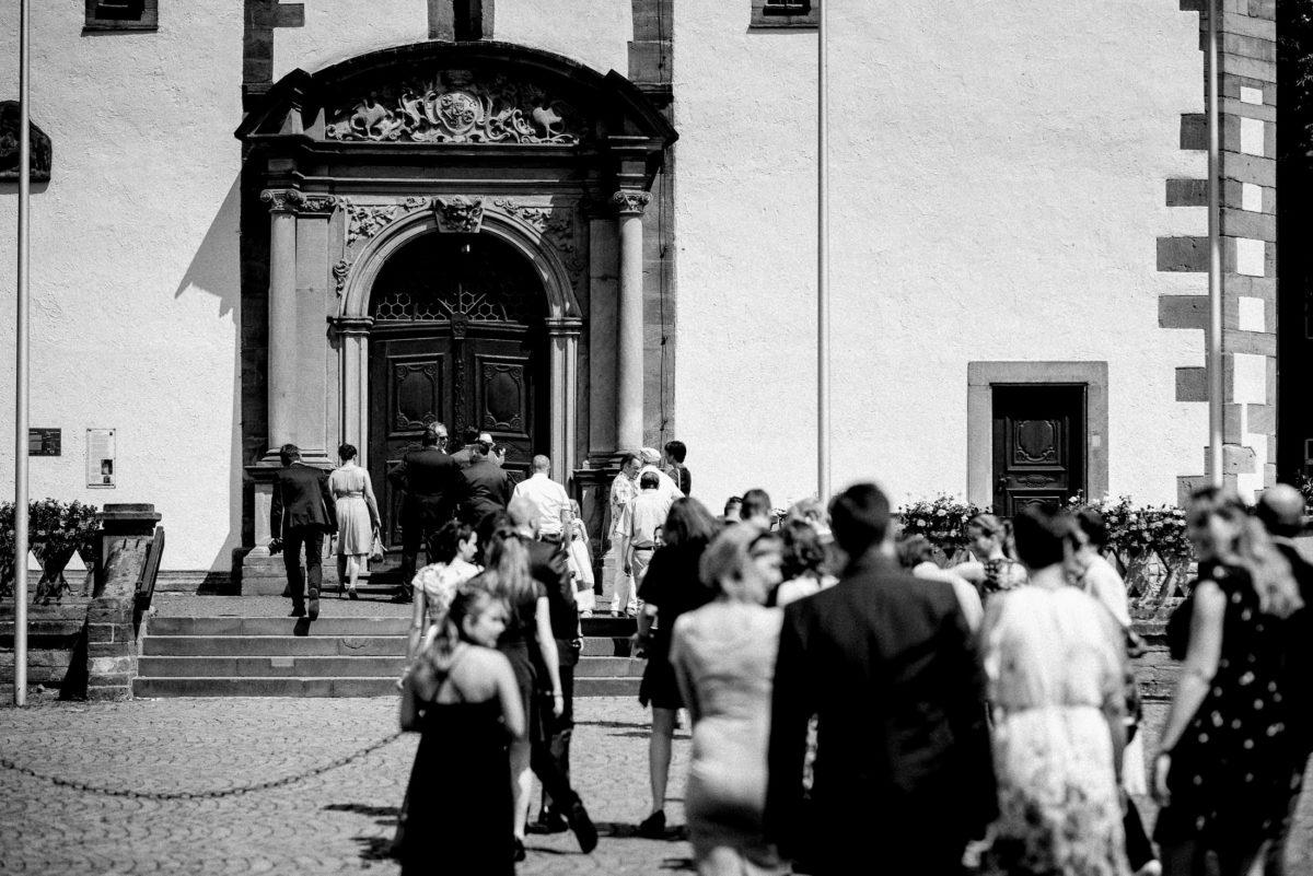 Kirche, Marktplatz Großostheim, Kircheneingang,Hochzeitsgäste