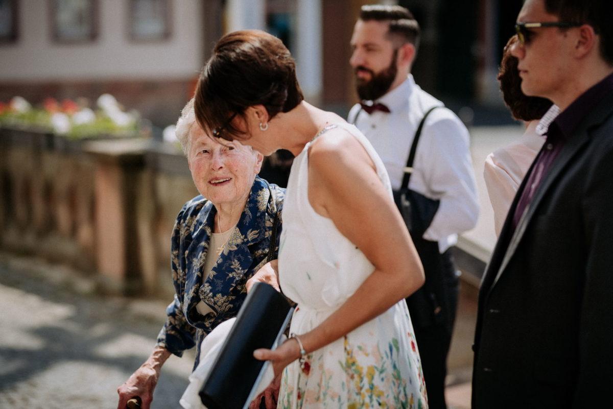 ältere Dame,lachen,Frau,Männer,Steingeländer,Blumen