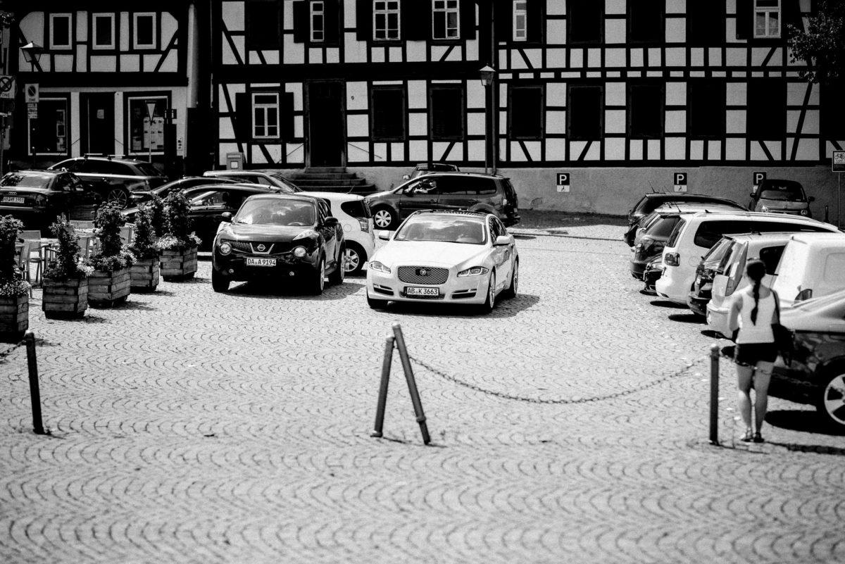 Marktplatz Großostheim,Parkplatz,Pflastersteine,Absperrung,Autos,Fachwerkhaus