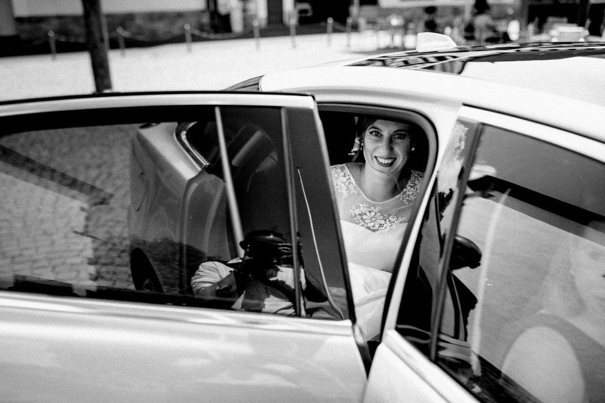 Braut trifft ein,lächeln,vorfreude,Ausstieg,