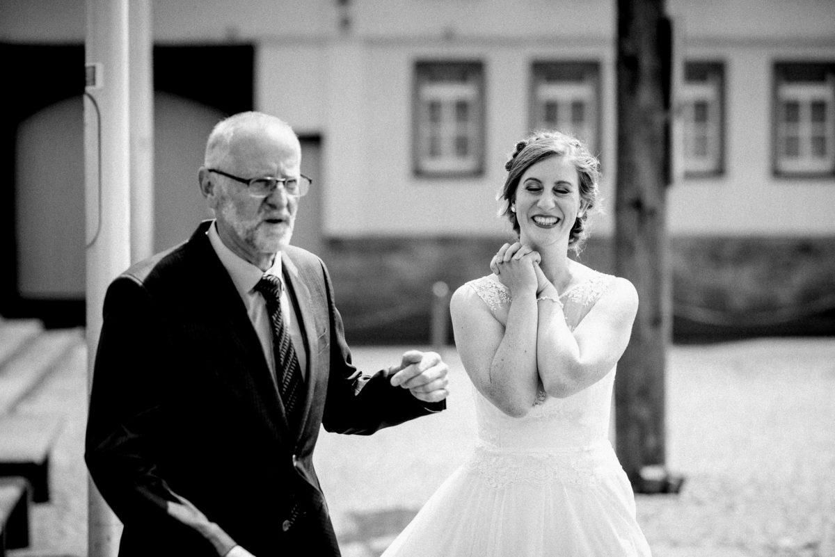 Braut,Frau,lachen,glücklich,geschlossene Augen,