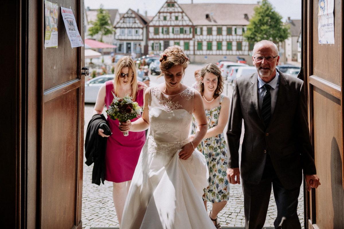 Braut,Kircheneingang,Brautkleid,Hochzeitsstrauß,Frauen