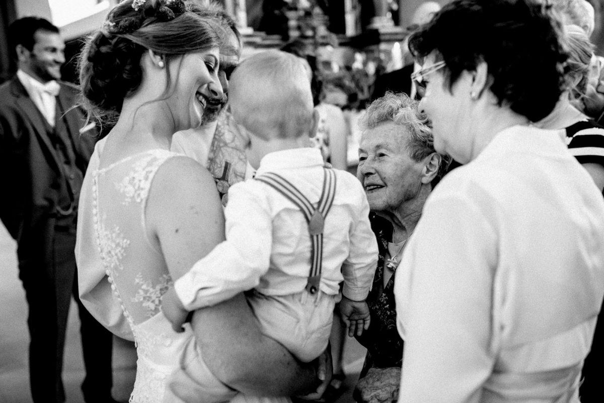Frauen, Kleinkind,Hosenträger,Hochzeitsfrisur,Ohrringe