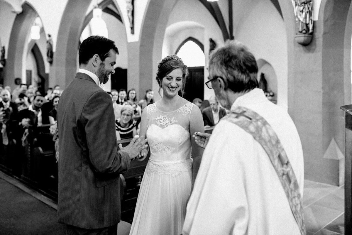 Eheringübergabe,kirchliche Trauung,Braut,Bräutigam,