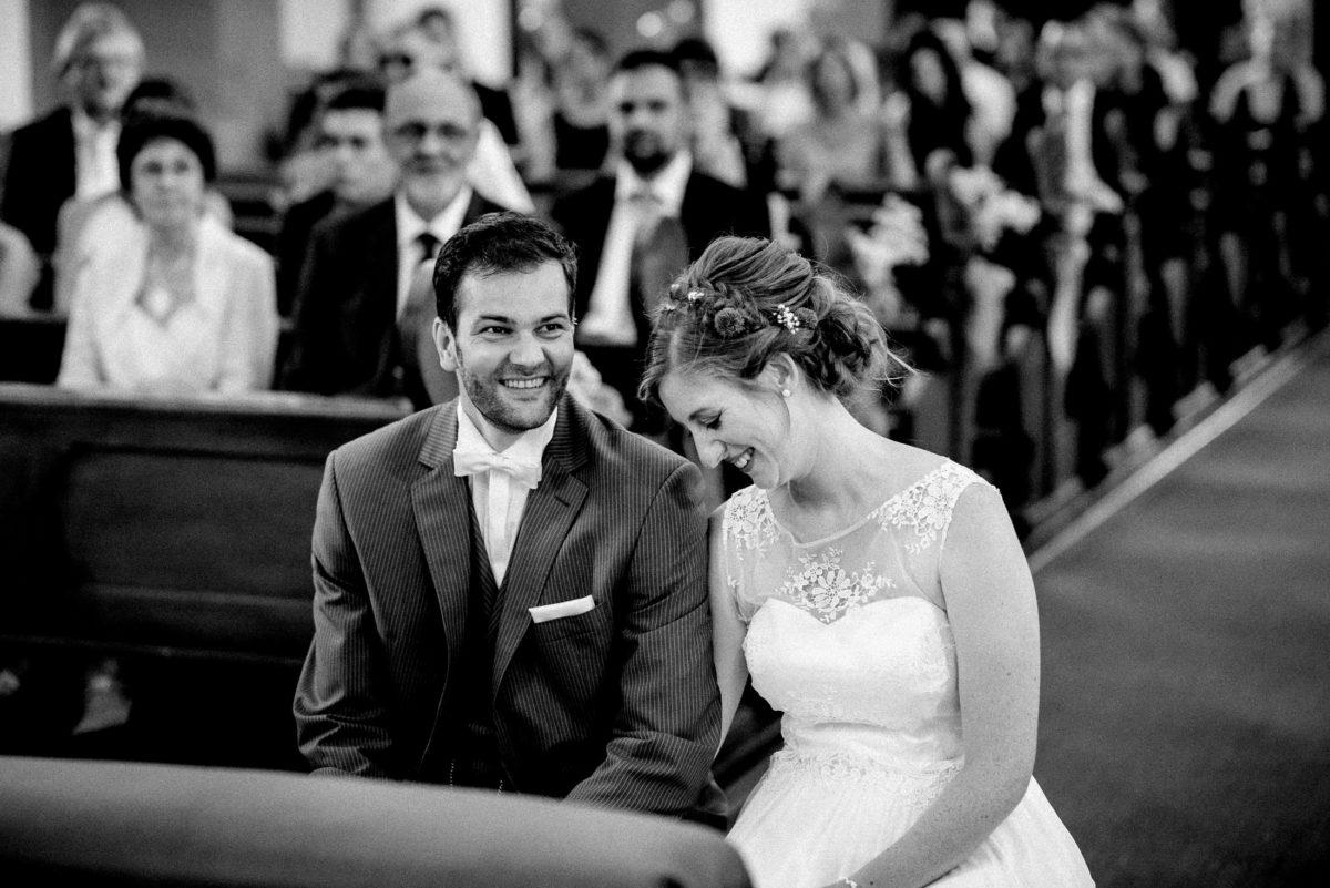 Brautkleid mit Spitze,Stickblumen,lachen,Kirchliche Trauung
