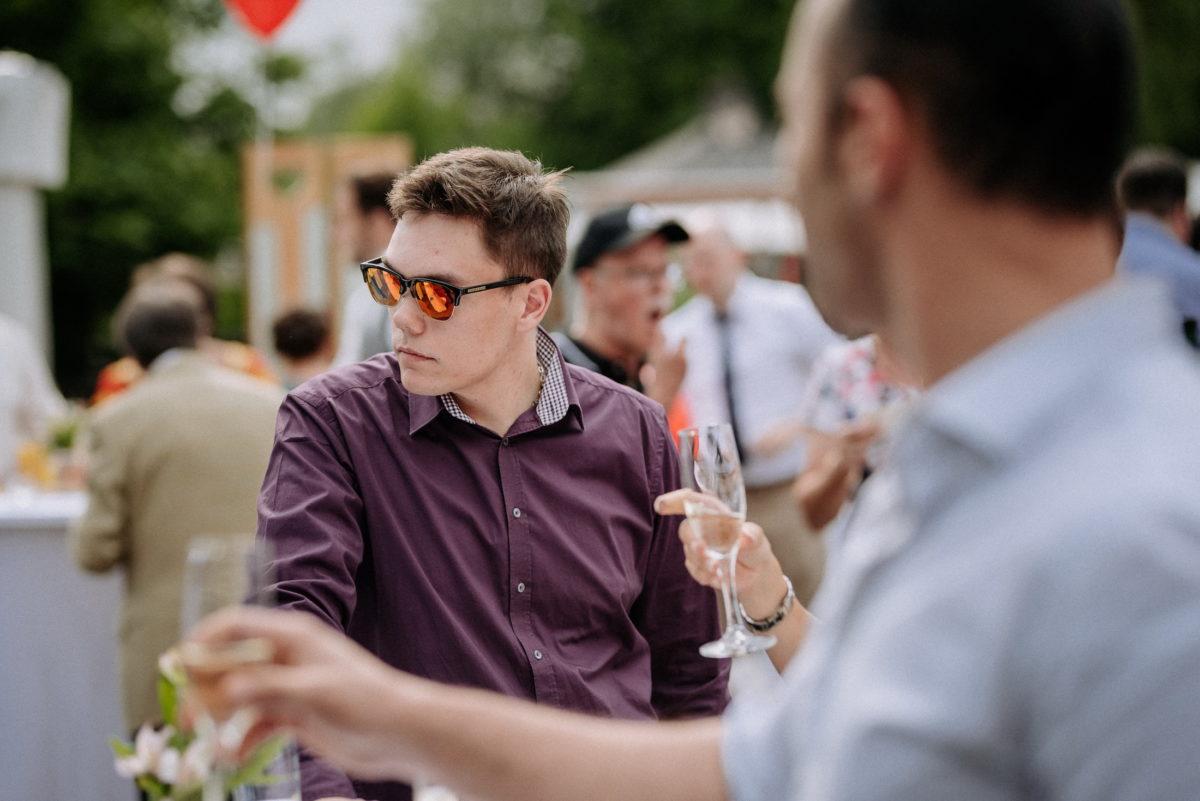 Sektempfang,Sektgläser,trinken,Hemd,Sonnenbrille