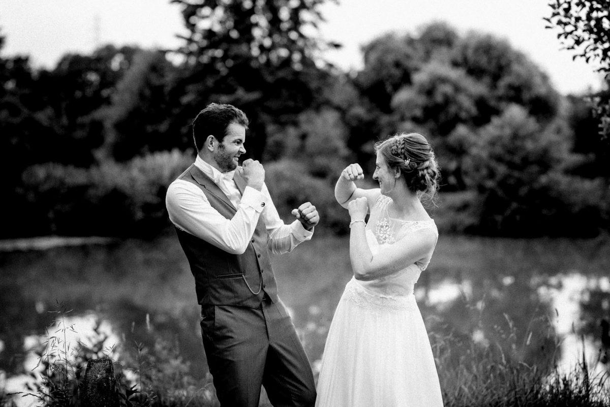 Hochzeitsshooting,See,Bäume,Fäuste heben,Boxen