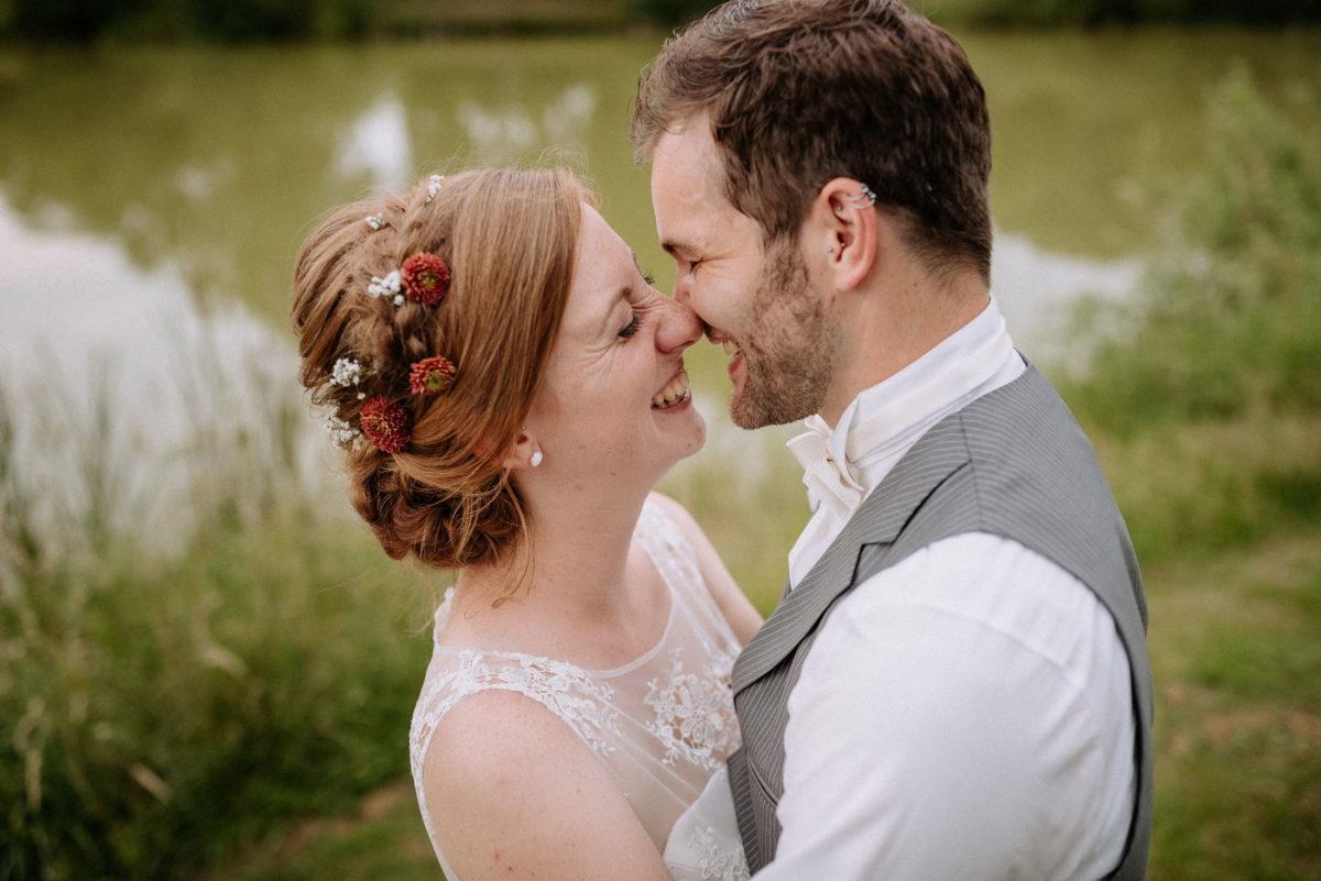 Hochzeitsbilder,rote Haare,Flechtfrisur,Blumen,Weste,