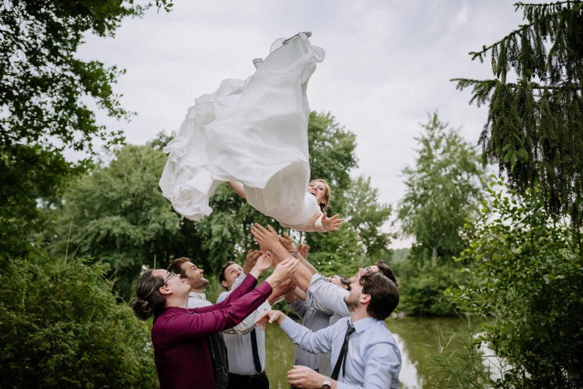 Brautwerfen,See,Männer,Bäume,Brautkleid