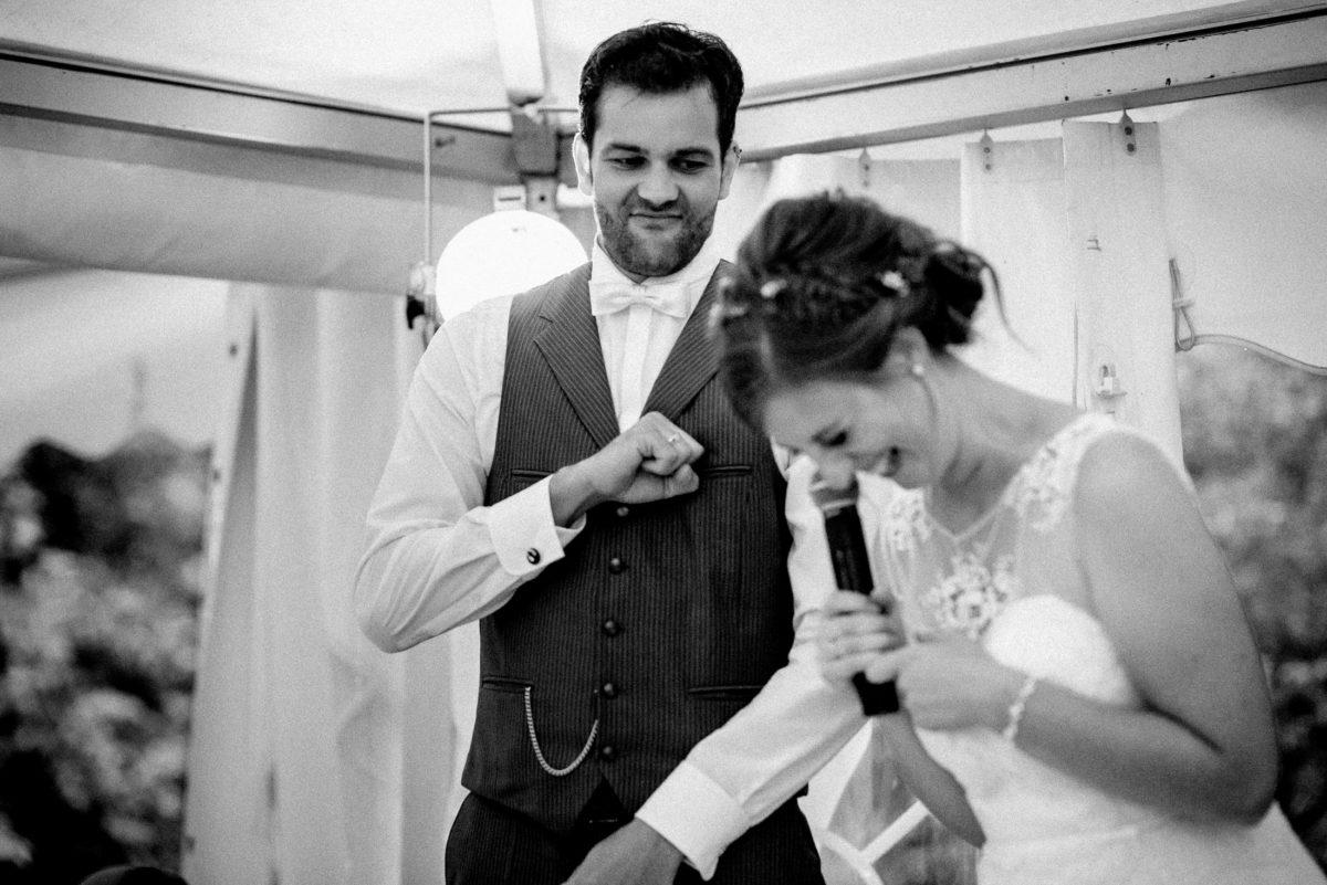 Brautpaar,lachen,Mikrofon,Brust klopfen