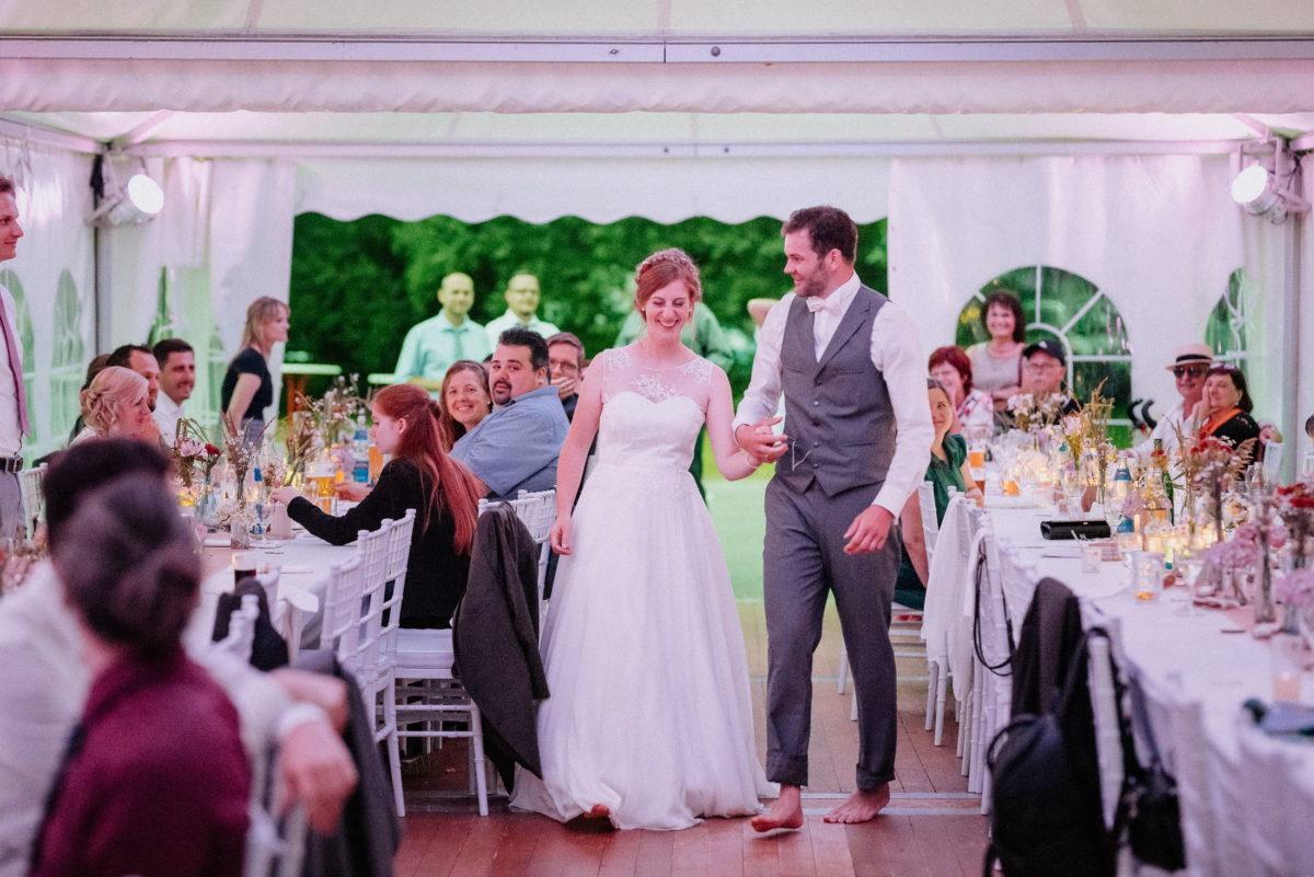 Barfuß,Hand in Hand,gehen,Tischdekoration,Hochzeitsfeier