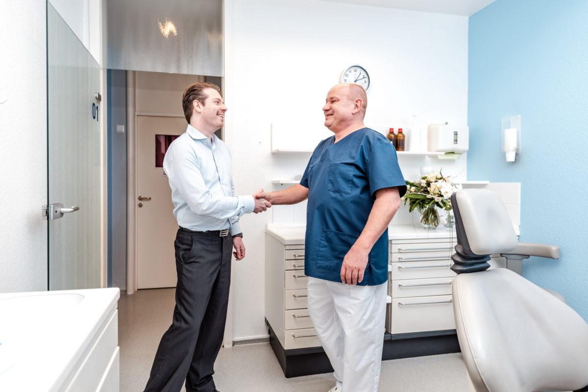 Hände schütteln, glücklicher Patient,Mann,lächeln