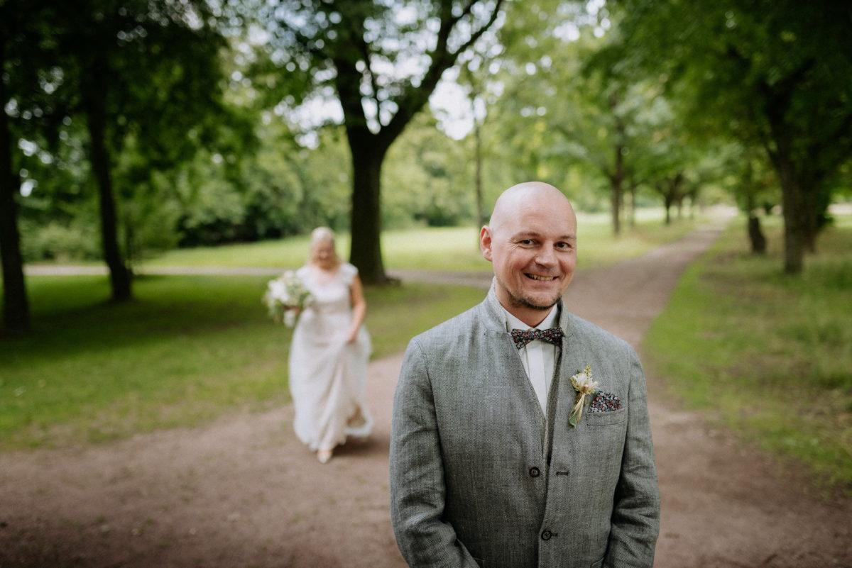 Braut,Bräutigam,First Look, Vorfreude,Wiese,Bäume
