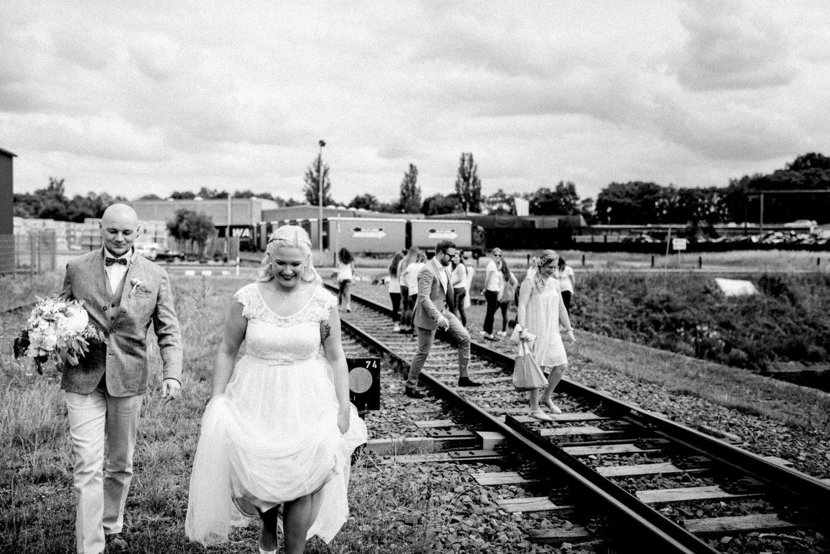 Industriepark,Bahngleise,Brautkleid,Gäste,gehen,Lagerhallen
