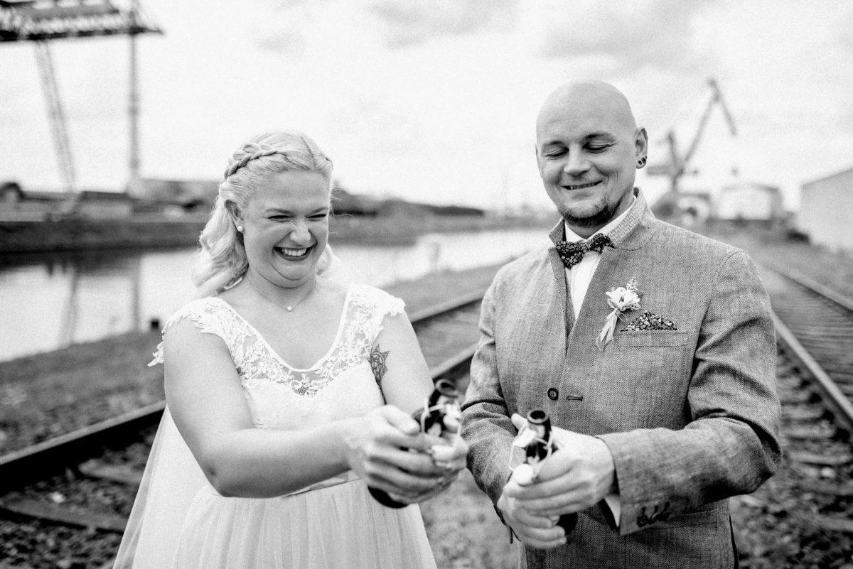 Brautpaar,Bierflaschen,Freude,Werft,Wasser,