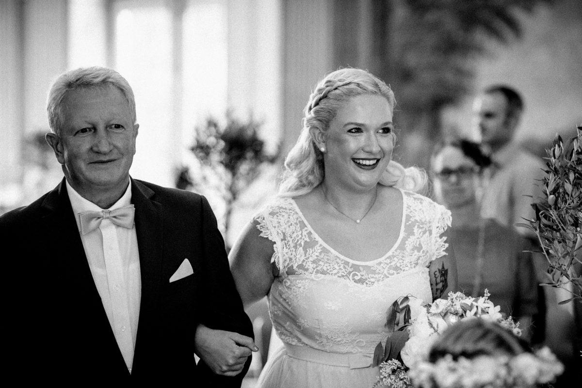 Brautvater,Gang zum Altar,Brautkleid,Anzug,Einstecktuch