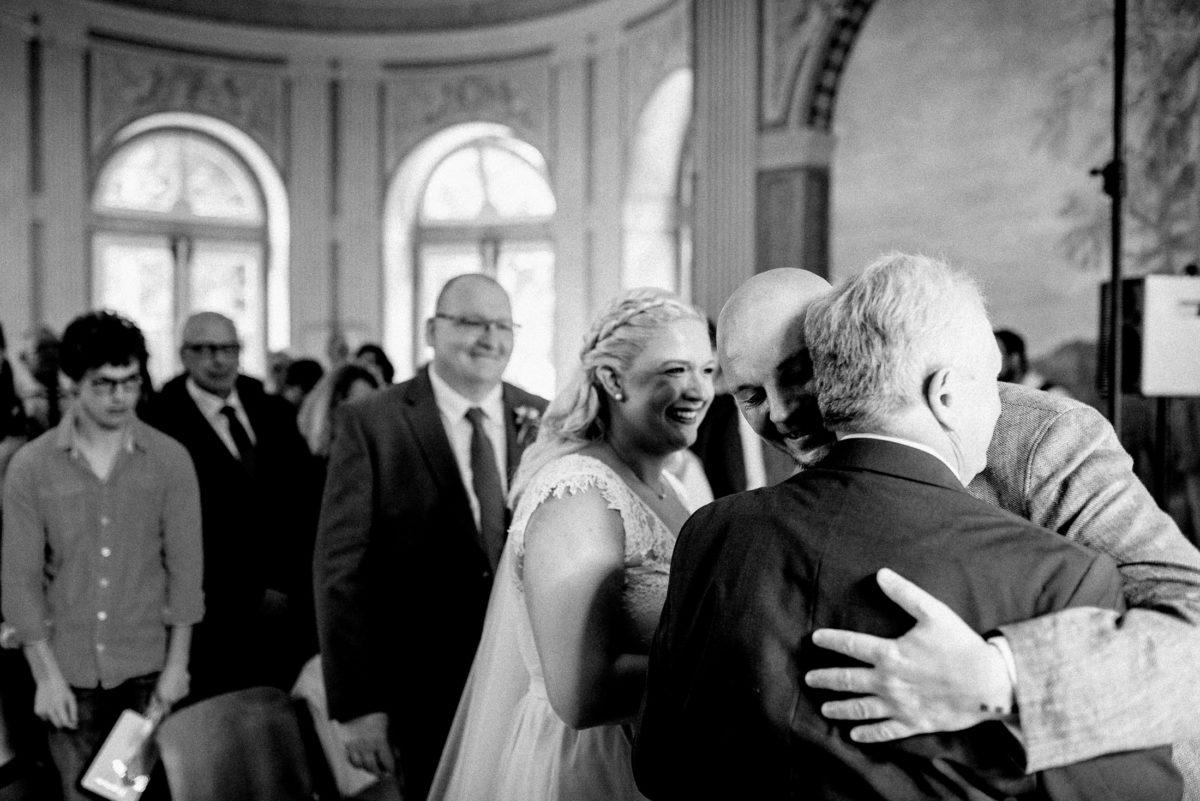 Brautübergabe,Umarmung,Männer,Gäste,Trauung
