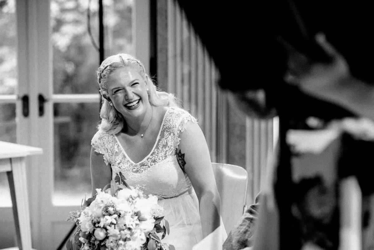 glückliche Braut,freie Trauung,Brautstrauß,Tattoo,