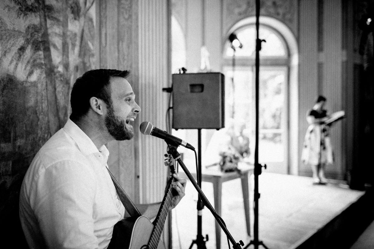 Hochzeitssänger,Gitarre,Lautsprecher,Mikrofon,Gesang