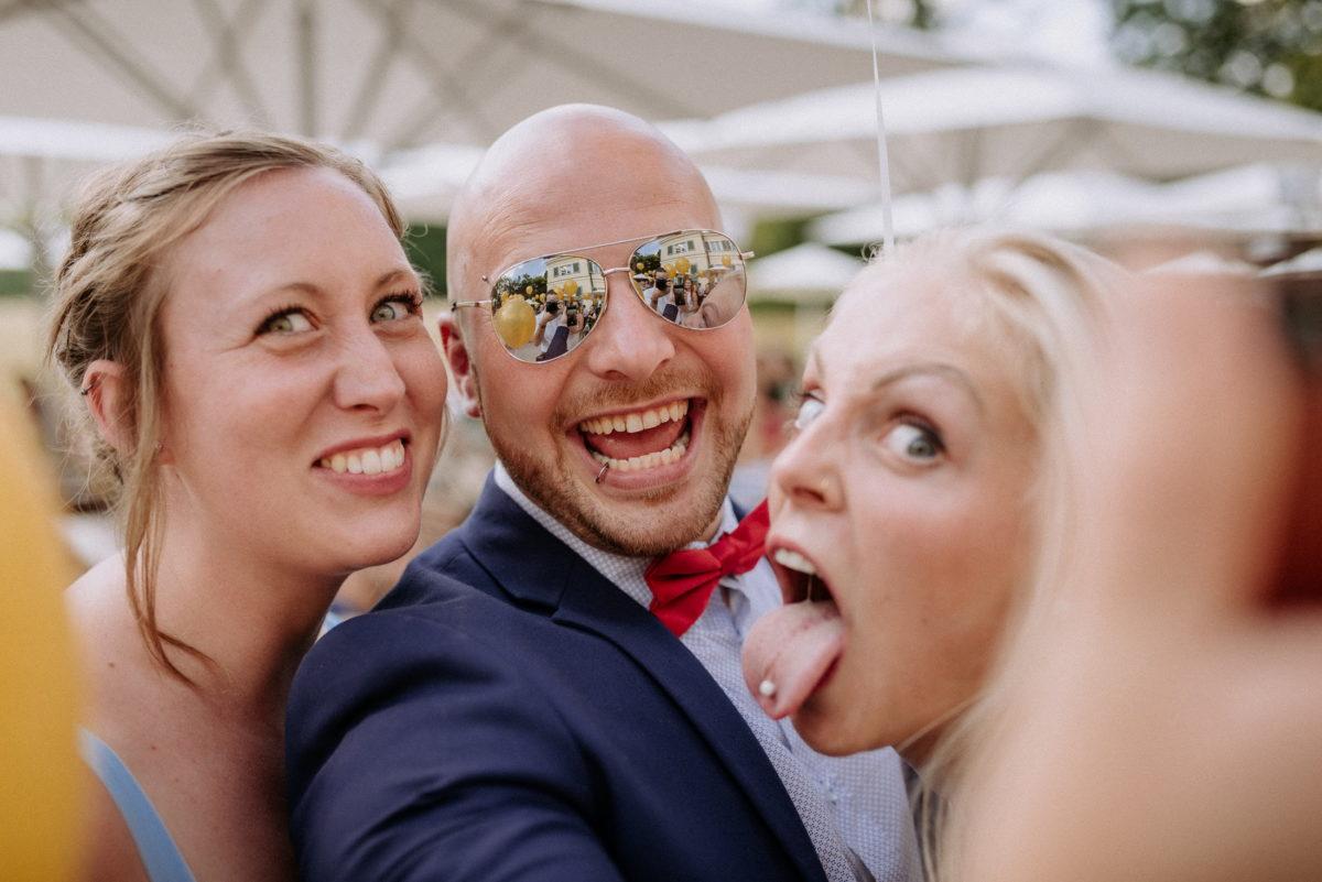Selfie,Sonnenbrille,Zungenpiercing,lachen, Spaß machen