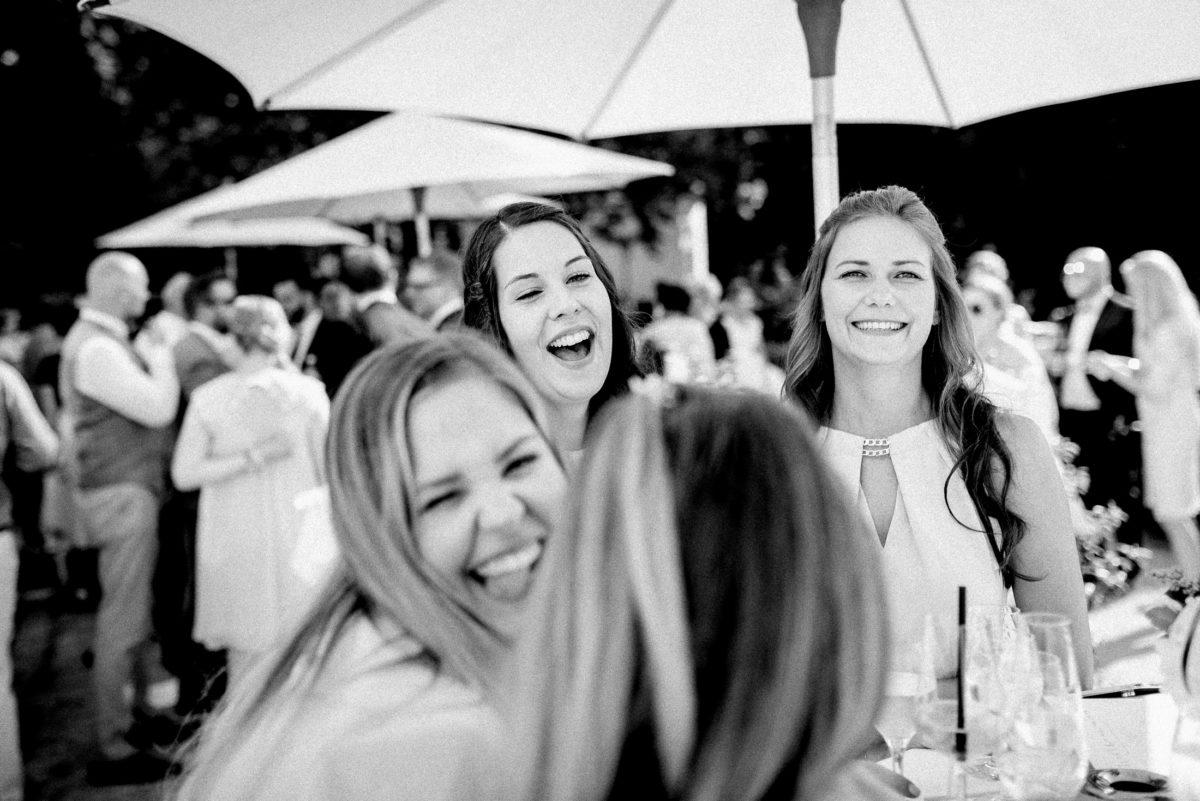 Sonnenschirm,Sektgläser,Stehtisch,Frauen,Gespräch