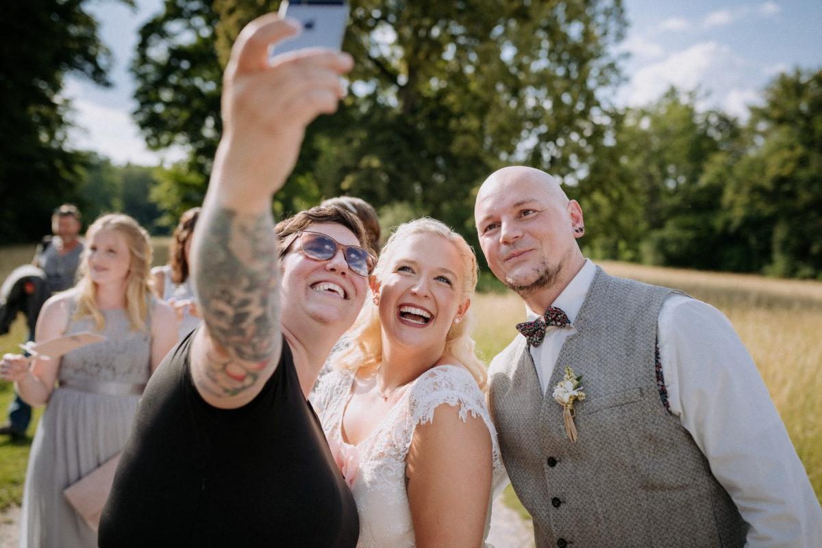 Selfie,Handy,Brautpaar,Simone Pfundstein,Wiese,Bäume,
