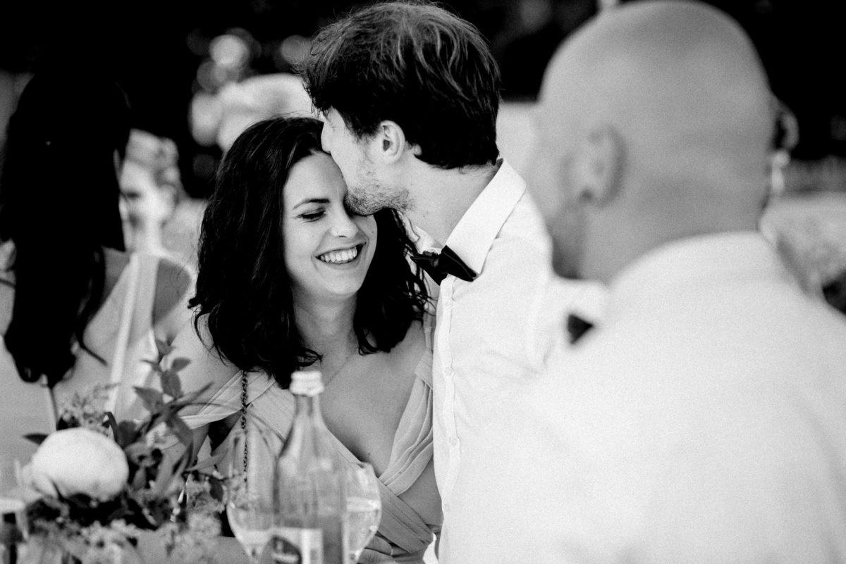 Paar,Mann,Frau,Stirnkuss,Fliege,weißes Hemd