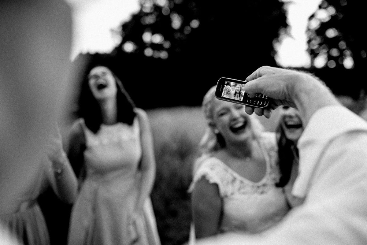 Foto vom Foto,Handybild,foto machen,Braut,lachen,spaß