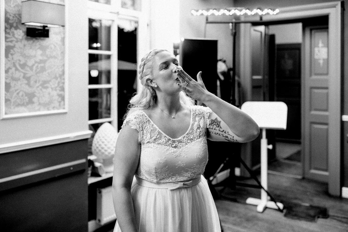 Handkuss,Braut,Notenständer,Hochzeitsfeier,Brautkleid